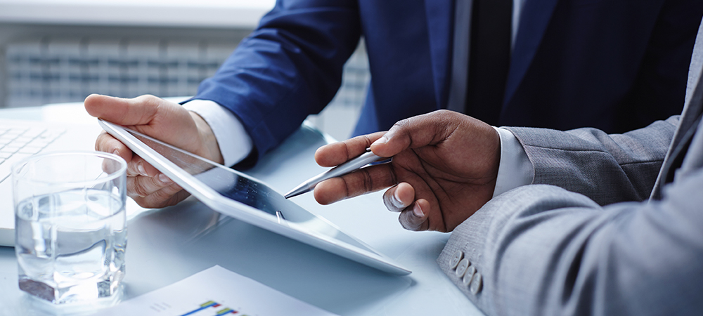 Mano señala tablet - Fondos Mutuos - Cartera Fondo Perfilado