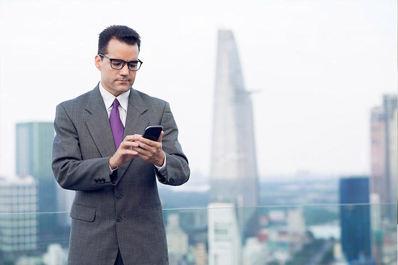 Hombre mirando celular - Rentas Medias