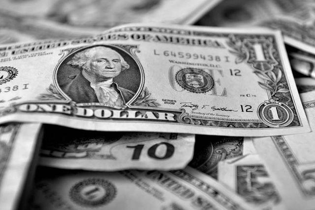 Cómo contrarrestar las alzas y bajas del dólar