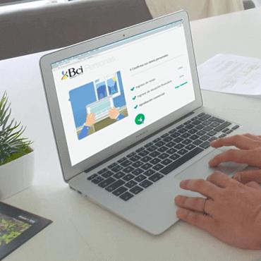 Simula y financia o refinancia tu Crédito Hipotecario en Bci. Persona simulando en computador